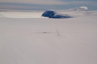 Foto aeree del campo remoto BETA nella Penisola Antartica dove Roberto del Museo Tridentino di Scienze Naturali ed Ellen del Byrd Polar Research Center stanno per iniziare una perforazione di 400 m nel ghiaccio.