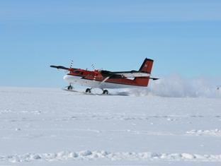 L'atterraggio del Twin Otter nei pressi della base BETA e le operazioni di scarico del materiale dalla carlinga.