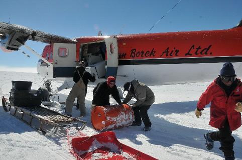 Operazioni di carico del materiale e dei contenitori per le carote di ghiaccio sul Twin Otter. Viaggeranno fino a Rothera dove verranno stoccate in un freezer.