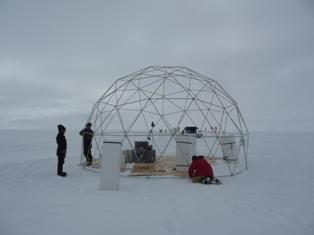 La costruzione del duomo all'interno del quale verrà estratta e lavorata la carota di ghiaccio. Questa struttura garantirà il riparo dei nostri dalle intemperie antartiche durante il lavoro di perforazione.