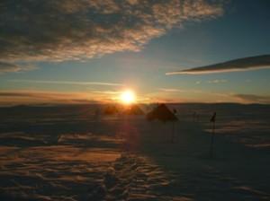 Sole di mezzanotte al campo remoto Beta, nella Penisola Antartica.