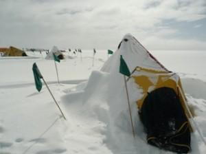 La tenda di Roberto dopo una bufera di vento e neve: la Penisola Antartica si conferma uno dei luoghi col tempo meteorologico più inclemente.