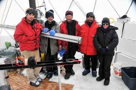 Il gruppo di perforazione dopo 40 giorni passati sul ghiaccio: da sinistra Roberto, Victor, Vladimir, Felix ed Ellen.