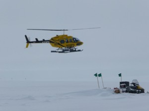 L'elicottero che ha portato il team di Ted Scambos al campo remoto Beta